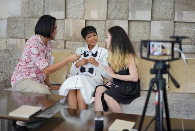 <p> Ngay sau bữa ăn trưa cô đã có buổi làm việc cùng truyền thông Philippines.</p>