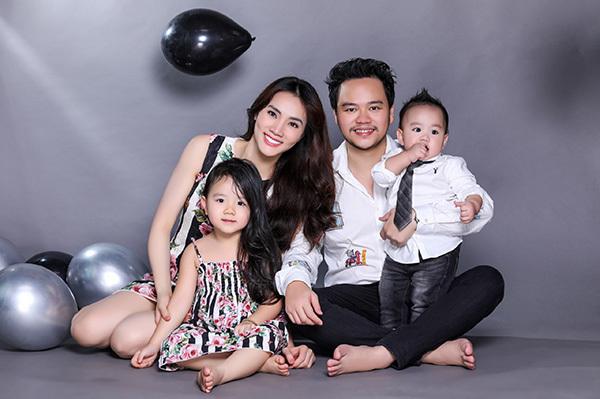 2014, khi sự nghiệp đang phát triển,Trang Nhung bấtngờ theo chồng bỏ cuộc chơi.Bạn đời của cô là doanh nhân Nguyễn Hoàng Duy. Tháng 4/2015, cô sinh con gái đầu lòng và có thêm quý tử vào tháng 2/2018. Người đẹpthường xuyên chia sẻ ảnh vui đùa cùng hai con nhưng chưa bao giờ công khai rõ mặt cậu con trai. Mới đây, nhân dịp tròn một tuổi của bé, vợ chồng Trang Nhung quyết định thực hiện bộ ảnh gia đình,ghi lại khoảnh khắc hạnh phúc những ngày giáp Tết.