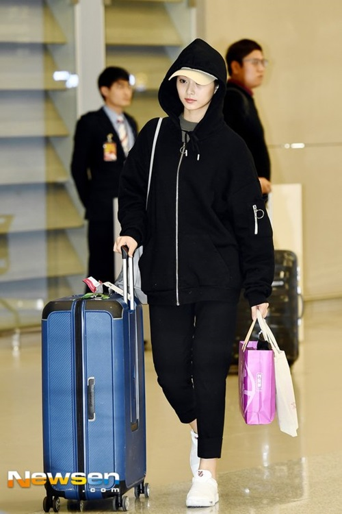 Những bộ trang phục thể thao là item phù hợp rất khi ra sân bay vì dễ di chuyển. Tzuyu mặc cả cây đen, đội mũ che bớt vẻ mệt mỏi.