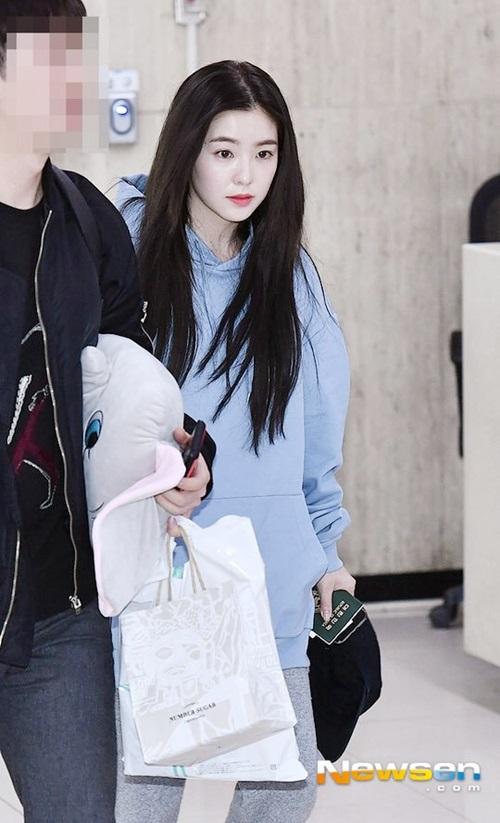 Irene vẫn xinh đẹp khi chỉ tô son, make up sương sương và mặc đồ thể thao rộng rãi khi ra sân bay.