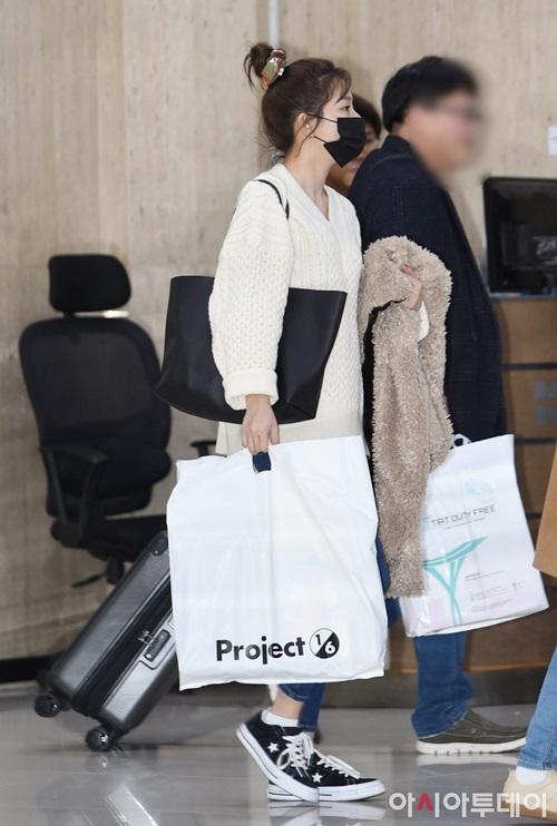 Red Velvet cũng kết thúc lịch trình concert ở nước ngoài và trở về Hàn. Seul Gi búi vội mái tóc khi xuống máy bay. Thời tiết ở Hàn đang ấm dần nên nữ ca sĩ chỉ cần mặc áo len là đủ ấm.