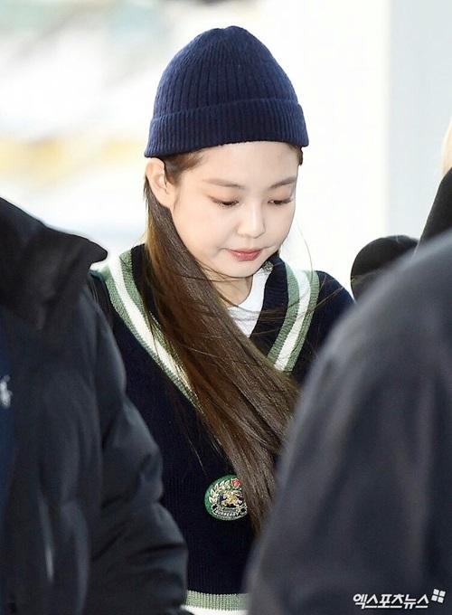Ngày 1/2, Black Pink lên đường sang Manila chuẩn bị concert. Jennie đội mũ beanie, lộ cặp má tròn xoe. Cô nàng thường hay nhìn xuống, giữ khuôn mặt không cảm xúc ở sân bay.