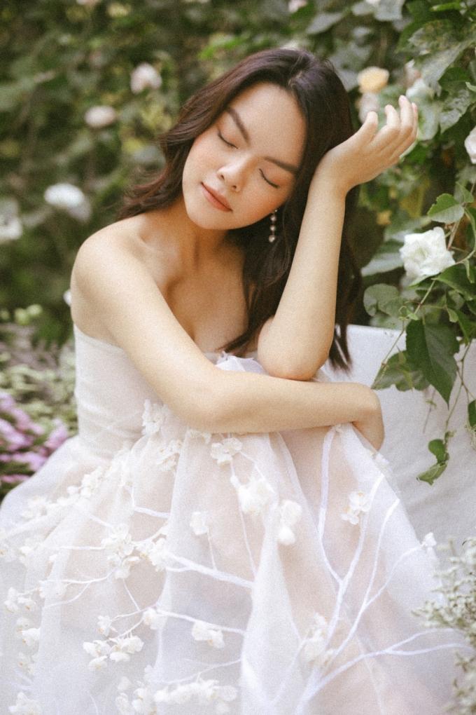 <p> Phạm Quỳnh Anh phấn đấu là bà mẹ đảm khi vừa hoạt động nghệ thuật và chăm sóc con cái.</p>