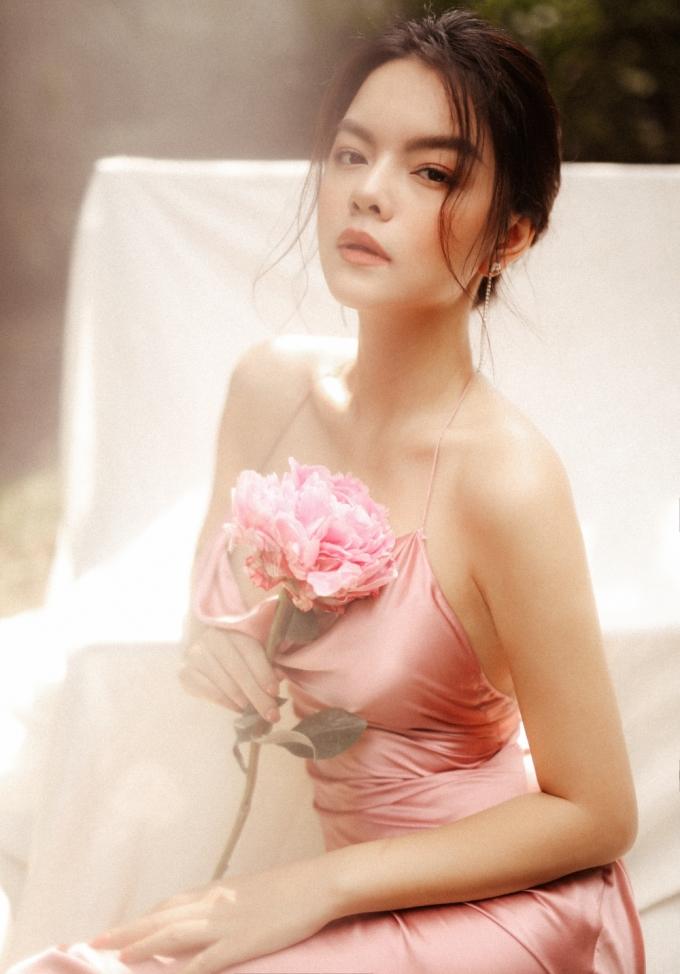 <p> Phạm Quỳnh Anh diện thiết kế có màu sắc nhẹ nhàng. Chọn lối trang điểm trong suốt với gam hồng và cách làm tóc khá đơn giản, bà mẹ hai con toát lên vẻ rạng ngời.</p>