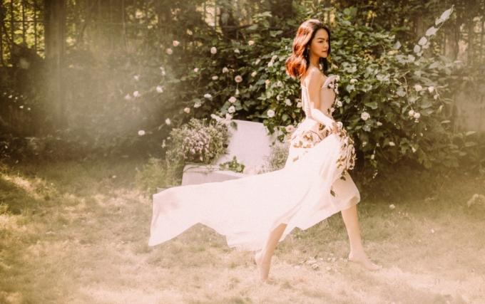 """<p> Trong 2018, Phạm Quỳnh Anh có màn trở lại đường đua Vpop qua các sản phẩm: """"Điều gì đến sẽ đến"""", """"Cây xương rồng mạnh mẽ"""", """"Gửi em của quá khứ""""... Dự án hát nhạc xưa """"Lam Phương -The Gift"""" thể hiện một khía cạnh âm nhạc khác của cô cũng gây được chú ý.</p>"""