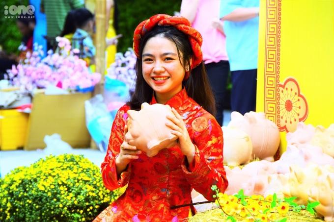 Trai xinh, gái đẹp Sài Gòn biến Phố ông đồ thành 'sàn catwalk áo dài'