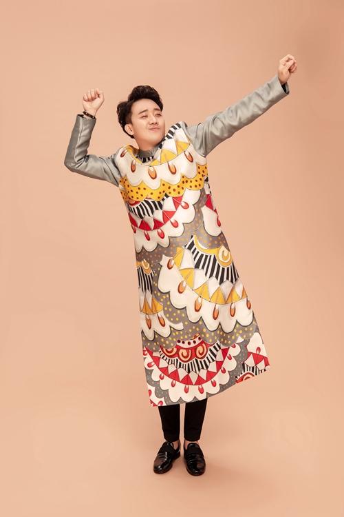 Trấn Thành cũng tạo ra những pose dáng vui vẻ và hài hước với thông điệp về một năm ấm no, sung túc.