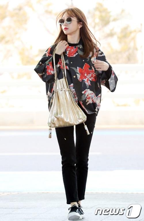 Hani còn bận rộn chạy lịch trình dù đã gần kỳ nghỉ lễ. Cô nàng chọn áo khoác họa tiết đả, túi vàng đúng với tông màu của mùa lễ hội.