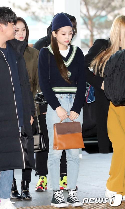Thời gian gần đây, Jennie chuộng những item tiện dụng như áo len mỏng, quần jean, giày thể thao ra sân bay hơn là những item sang chảnh. Nữ ca sĩ còn mang theo máy ảnh đắt đỏ, túi hàng hiệu để khẳng định đảng cấp.