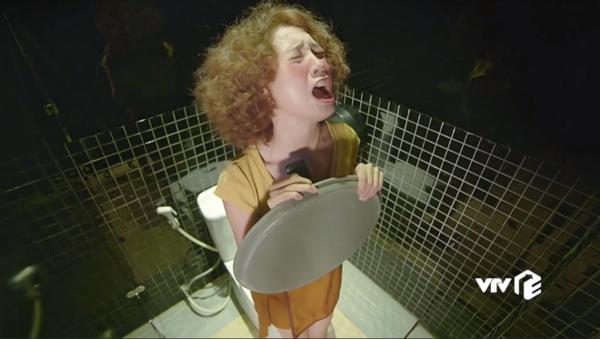 Biểu cảm khó tả của Ninh Dương Lan Ngọc trong phim.