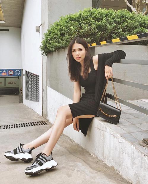 Phanh Lee chọn một chiếc váy thun ôm sát để tôndáng chuẩn, kết hợp cardigan nhẹ nhàng trong những ngày Hà Nội không quá lạnh.