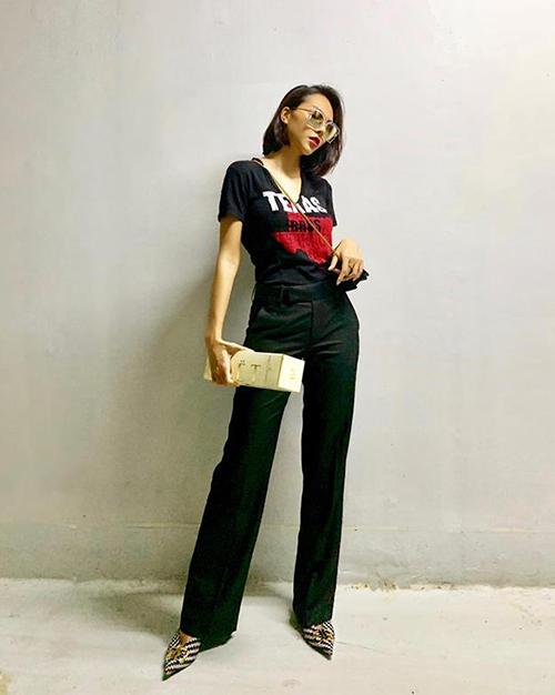 Quần cạp cao ống loe kết hợp áo đen cùng tông giúp Minh Triệu chân đã dài càng thêm miên man.