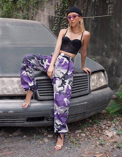 Quỳnh Anh Shyn vẫn trung thành với lối ăn mặc ngổ ngáo kiểu Âu Mỹ. Cô nàng dùng tông tím - màu sắc được xem là hot trend đông năm nay - làm chủ đạo.
