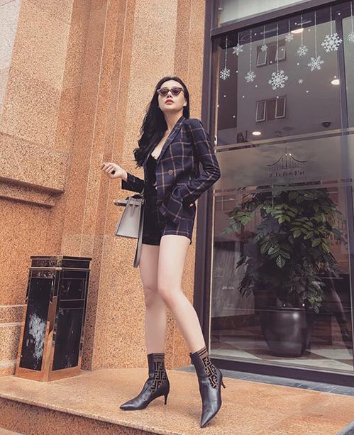Bộ suit giá bình dân được Phương Oanh kết hợp cùng boots Fendi và túi Hermes.