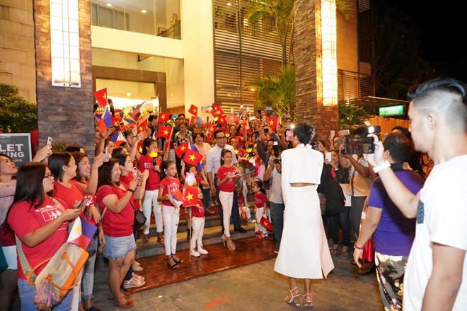 """<p> Đến Manila, Philippines vào sáng 1/2, Hoa hậu <a href=""""https://ione.net/tin-tuc/thoi-trang/h-hen-nie-bi-che-mac-loi-thoi-khi-ra-nuoc-ngoai-cong-tac-3877243.html"""">H'Hen Niê</a> có buổi giao lưu chớp nhoáng với truyền thông nước bạn rồi lập tức đáp chuyến bay tới Naga - nơi cô sẽ có những hoạt động quan trọng trong chuyến công tác hai ngày tới. Tại Naga, người đẹp sẽ làm diễn giả tại Đại hội Thanh niên 2019 doFPPFI - một tổ chức phi lợi nhuận - tổ chức.</p>"""