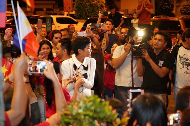 <p> Đến địa điểm tổ chức sự kiện tối 1/2, H'Hen Niê bất ngờ trước sự quan tâm của công chúng và truyền thông Philippines dành cho mình. Nhiều trang báo lớn của Philippines đưa tin về chuyến công tác của H'Hen Niê và gọi cô là 'mỹ nhân Miss Universe'.</p>
