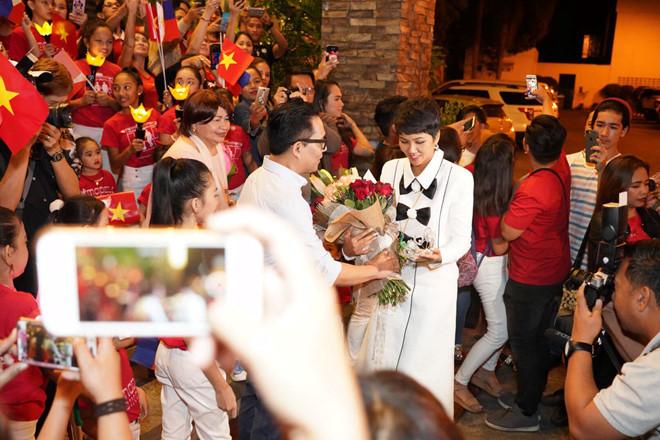 <p> H'Hen Niê bị giữ lại khá lâu trước sảnh để chụp hình lưu niệm cùng các em học sinh tại Philippines.</p>