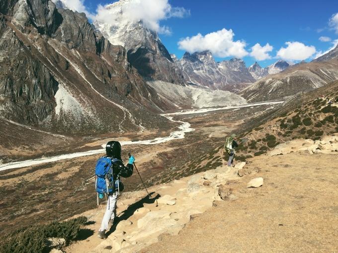 <p> Chuyến đi chính gồm 8 ngày leo lên và 5 ngày leo xuống.<br /><br /> Cô nàng chia sẻ, tổng chi phí trung bình cho một chuyến leo như vậy sẽ vào khoảng 3.000 USD. Bên cạnh việc phải chuẩn bị sức khoẻ và dụng cụ leo núi chuyên nghiệp, chi phí trung bình cho hành trình leo có hướng dẫn viên sẽ rơi vào 1.300 USD/người.</p> <p> Linh Buzi bay thẳng từ Singapore qua Nepal bằng silkair với giá 700 SGD và dự kiến phí sinh hoạt, mua sắm vui chơi vào khoảng 1.000 USD.</p>