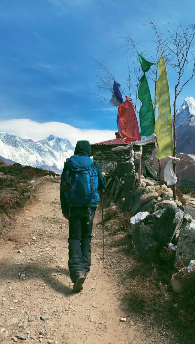 """<p> Tuy nhiên, chi phí cho chuyến chinh phục Everest Base Camp của Linh Buzi đã bị đội lên gấp 3 lần dự kiến vì gặp rắc rối với sức khỏe trong quá trình leo núi.<br /><br /> """"Do khá là chủ quan và tự tin vào sức khoẻ nên mình đã bị shock độ cao vào ngày thứ 8, cũng là ngày cuối cùng trước khi leo lên được đỉnh. Do mức độ oxy tụt xuống quá thấp là 43%, hàng đêm thở rất khó khăn và rất nhiều dấu hiệu chảy máu mũi, đau đầu và sốt li bì... Mình không di chuyển được nên bắt buộc phải thuê trực thăng đưa thẳng từ trên cao xuống và bay thẳng về bệnh viện"""", cô nàng cho biết.</p>"""