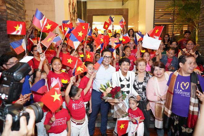 <p> Bên cạnh đó, người đẹp 27 tuổi cũng bất ngờ khi hàng chục học sinh Philippines mặc áo cờ đỏ sao vàng, cầm lá cờ của Việt Nam và Philippines đợi sẵn để chào đón cô.</p>