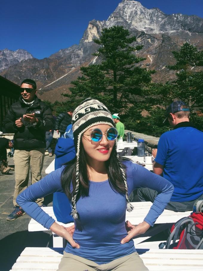 """<p> Hết 9.000 USD cho chuyến đi nhưng đổi lại, Linh Buzi có trải nghiệm tuyệt vời trước thiên nhiên hùng vĩ của Nepal. Số tiền 200 triệu này mang đến cho cô bài học đắt giá cho những chuyến đi sau, đặc biệt là trải nghiệm khi leo núi. Cô dặn dò: """"Các bạn phải chuẩn bị sức khỏe thật tốt. Mình đã leo quá nhanh, chạy nhảy quay film mà không lắng nghe người hướng dẫn nên phải lĩnh hậu quả"""".</p>"""