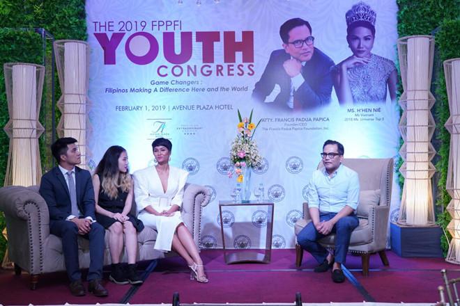 <p> H'Hen Niê thể hiện phong thái tự tin trước truyền thông Philippines. Cần phiên dịch viên hỗ trợ nhưng cô gây ấn tượng bởi cách giao tiếp gần gũi, ánh mắt thân thiện. Chiều 2/2, cô sẽ có buổi diễn thuyết chính thức tại Đại hội Thanh niên.</p>