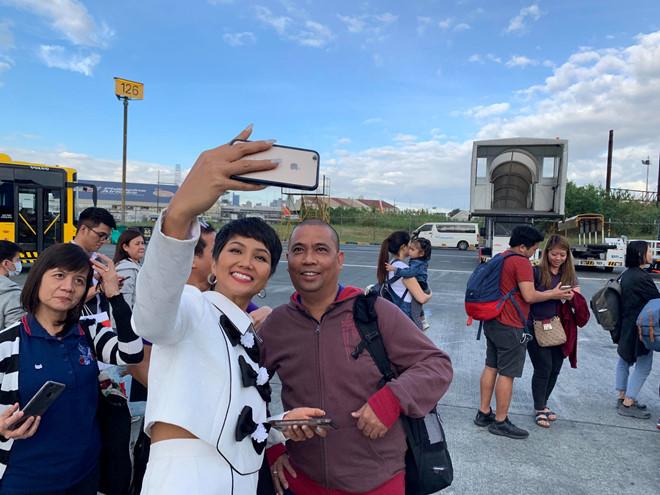 <p> Trên chuyến bay từ Manila tới Naga, nhiều người nhận ra H'Hen Niê và xin chụp ảnh cùng.</p>