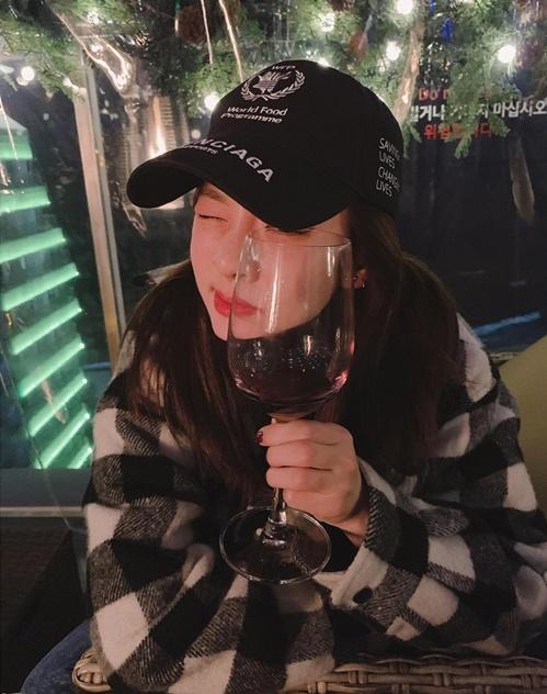 Dara có khuôn mặt chỉ to hơn một chút so với ly rượu vang.