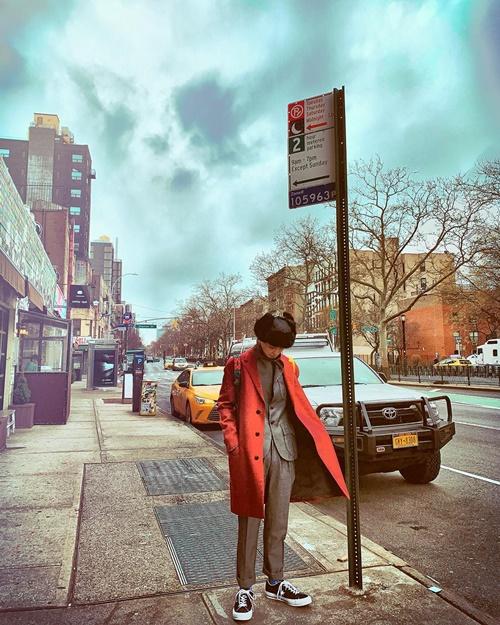 Mino (Winner) khoe ảnh street style đẹp như hình tạp chí.