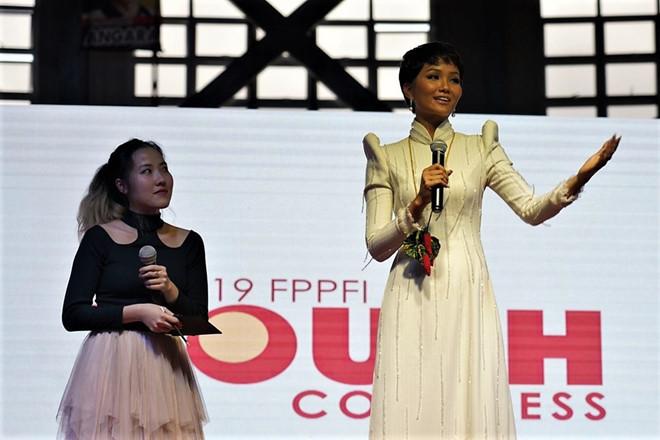 """<p> Có hơn 12.000 sinh viên, học sinh ưu tú tại Philippines đến nghe <a href=""""https://ione.net/tin-tuc/sao/viet-nam/h-hen-nie-so-ve-sac-dep-toi-khong-bang-cac-co-gai-khac-3876417.html"""">H'Hen Niê</a> và các khách mời diễn thuyết với chủ đề """"Thanh niên tạo ra sự thay đổi thế giới"""".</p>"""