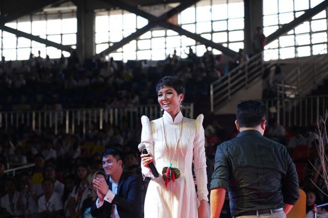 <p> Có bài diễn thuyết trước những lãnh đạo cao cấp của Philippines như Phó tổng thống Philippines Leonor G. Robredo, Thượng nghị sĩ Juan Edgardo Angara, Thượng nghị sĩ Joseph Ejercito, H'Hen Niê hồi hộp. Tuy nhiên, người đẹp có bài diễn thuyết được đánh giá thành công nhờ quá trình chuẩn bị nội dung kỹ lưỡng.<br /><br /> Bài thuyết trình của H'Hen Niê kể về hành trình vượt khó và sự ủng hộ đặc biệt của cô dành cho quỹ vì thanh niên tạiPhilippines.</p>
