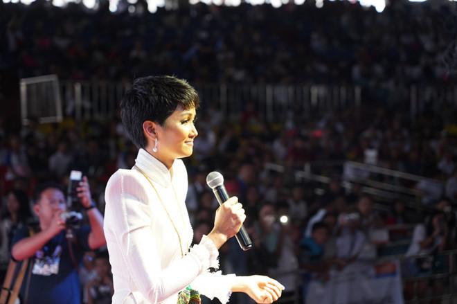 """<p> """"Tôi là H'Hen Niê, Miss Universe Việt Nam. Hôm nay, tôi có mặt ở đây để trò chuyện cùng các bạn - những người trẻ có tiềm năng, tràn đầy ước mơ và nhiệt huyết của Philippines"""", H'Hen Niê nhận được sự cổ vũ khi mở đầu bài phát biểu.</p>"""