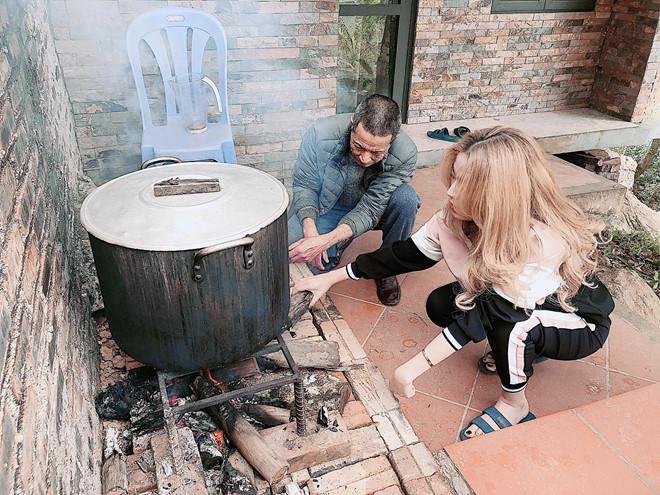 <p> Hoàng Thùy Linh cùng gia đình đón Tết ở Tam Đảo. Cô dành trọn vẹn một ngày để nhóm bếp, nấu bánh chưng cùng bố mẹ.</p>