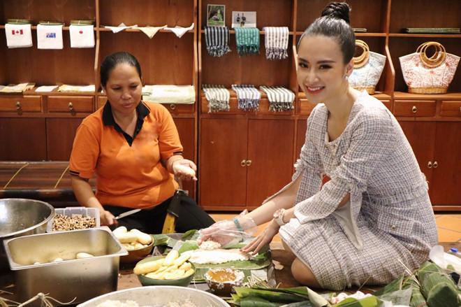 <p> Angela Phương Trinh gói bánh tét trong những ngày giáp Tết. Ăn chay khoảng một năm nay, cô chọn gói bánh tét chay nhân chuối.</p>