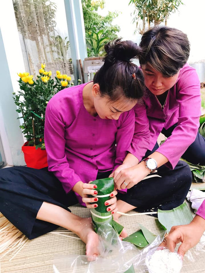 <p> Lần đầu tiên gói bánh, Ngô Thanh Vân khá chật vật. Nhờ sự giúp đỡ của bạn bè, cô tự tay gói được chiếc bánh đầu tiên.</p>