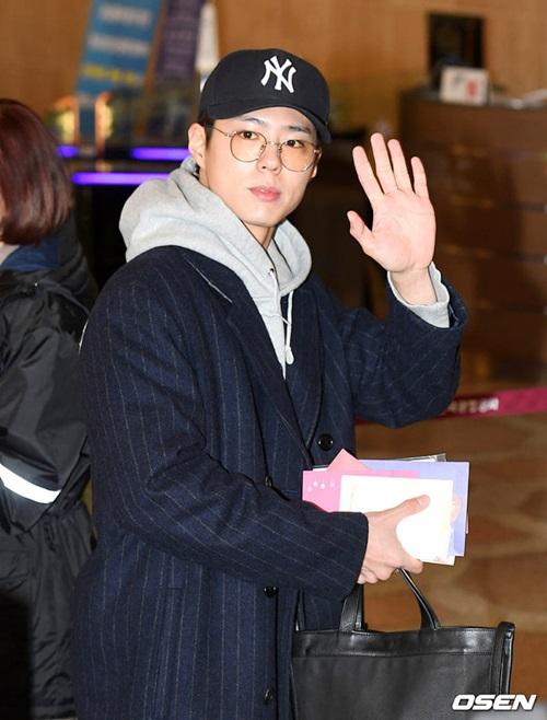 Park Bo Gum được khen hết lời nhờ để mặc mộc, đeo kính gọng tròn ở sân bay.