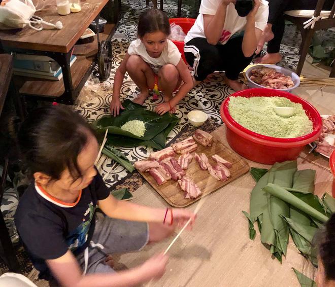 <p> Bé Tôm và bé Tép nhà Hồng Nhung cũng được mẹ đưa đến nhà Hà Kiều Anh trải nghiệm việc gói bánh theo phong vị Tết cổ truyền của Việt Nam.</p>