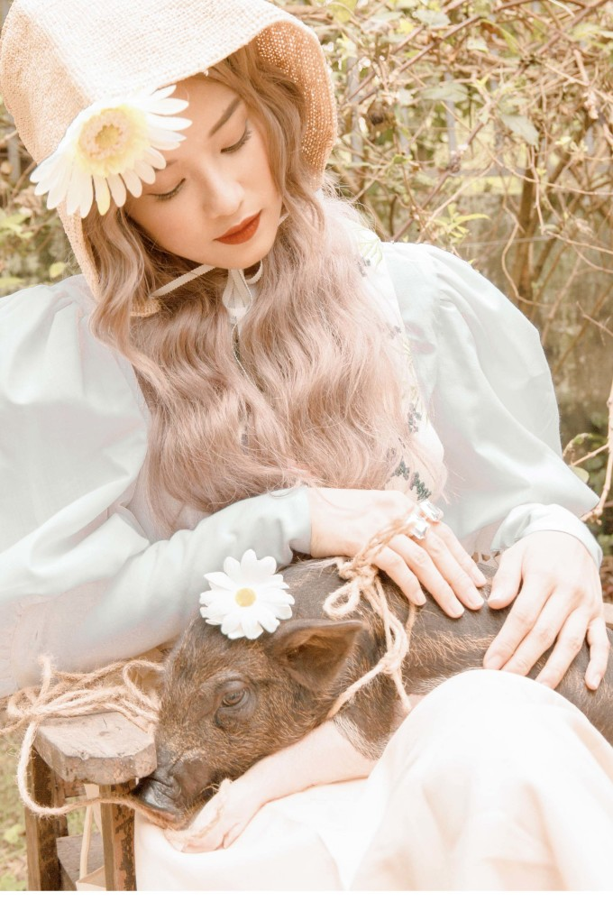 <p> Yến Chibi cho biết trong 12 con Giáp rất thích con heo vì mang đến cảm giác sung túc, ấm no. Cô chọn cách make up rực rỡ đúng với cuộc sống, tâm trạng hiện tại.</p>