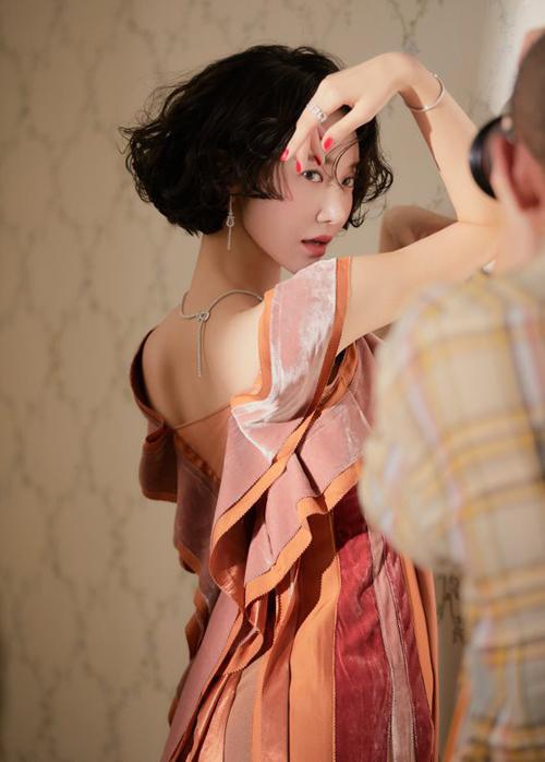 Những bức hình hậu trường chụp thời trang mới đây của Go Joon Hee được người hâm mộ hết lời khen ngợi. Ở tuổi 34, nữ diễn viên She was pretty vẫn rất tươi trẻ, mảnh mai, sở hữu thần thái cuốn hút.
