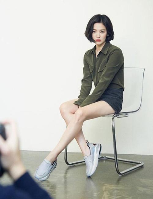 Nhờ hiệu quả của việc giảm cân, Song Hye Kyo giờ có vóc dáng gọn gàng, đôi chân rất nuột nà. Trong một bộ hình hậu trường gần đây, bà xã Song Joong Ki được khen trông trẻ trung hơn hẳn tuổi 38.