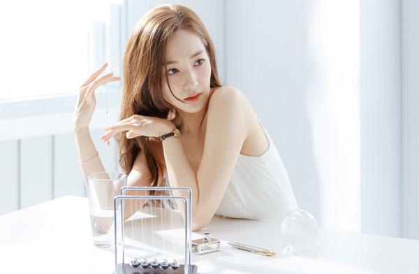 Nhan sắc của Park Min Young được khen là có thể cân hết mọi kiểu hình hậu trường. Dù bị chụp ngẫu nhiên trong nhiều khoảnh khắc, góc mặt, thư ký Kim vẫn xinh hết phần thiên hạ.