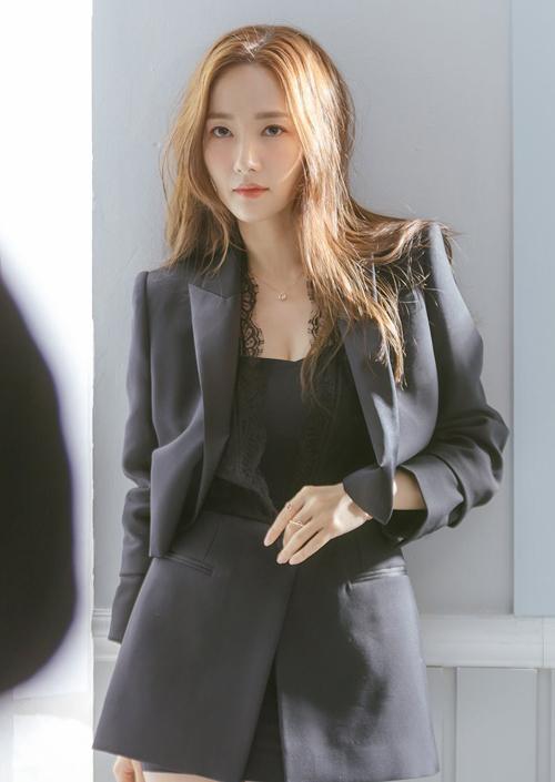 Sở hữu nhan sắc thanh thoát, vóc dáng nóng bỏng dù đã bước sang tuổi 33, Park Min Young có thể chinh phục mọi kiểu trang phục.