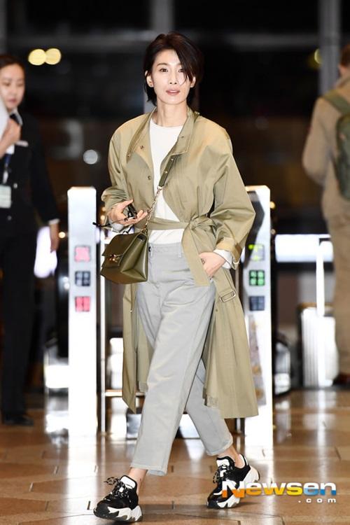 Ngôi sao của Sky Castle Kim Seo Kyung ghi điểm với phong cách chất lừ, đậm chất girlcrush.