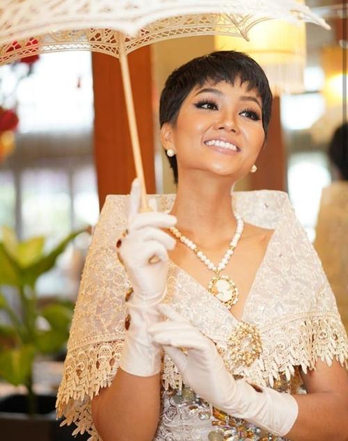 Hình ảnh HHen Niê rạng rỡ trong bộ váy này được người hâm mộ quốc tế khen ngợi. Nhiều fan Philippines thích thú khi trang phục truyền thống nước họ trở nên đầy mới mẻ khi được cô hoa hậu tóc ngắn khoác lên mình.