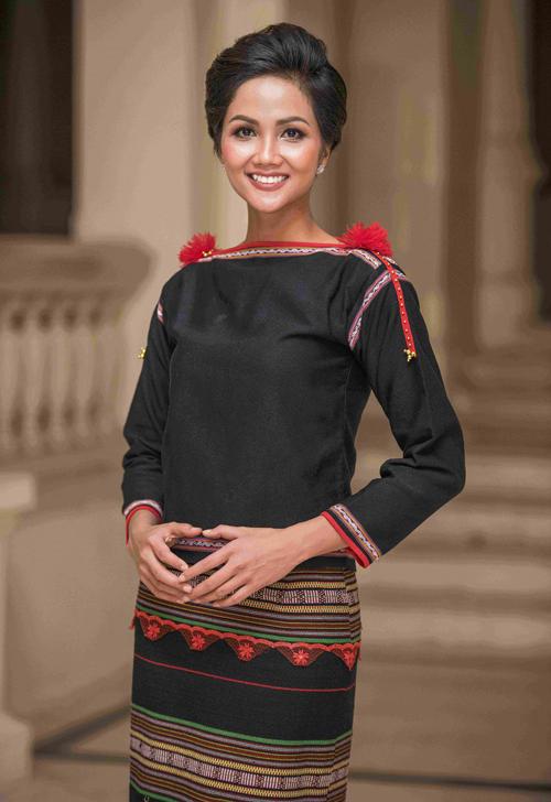 Tuy nhiên Hoa hậu đẹp nhất thế giới 2018 vẫn xinh đẹp nhất những khi diện trang phục dân tộc. HHen Niê đẹp khỏe khoắn khi mặc trang phục dân tộc của người Ê đê.