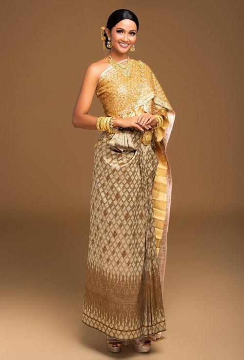 Trước đây, Hoa hậu Hoàn vũ Việt Nam 2017 cũng từng gây sốt khi thử hóa thân thành cô gái Thái Lan, trước khi sang nước này tham dự Miss Universe 2018.