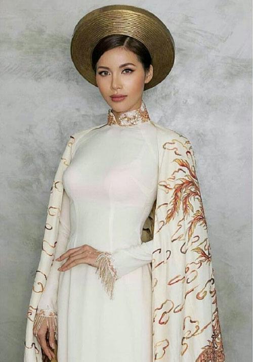 Minh Tú gần đây cũng mắc lỗi khi chọn nội y màu hồng, chi tiết quá nổi bật khiến bộ áo dài cô mang đi tham dự Miss Supranational 2018 bớt hẳn phần quý phái.