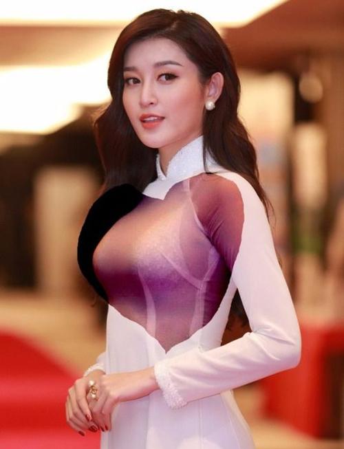 Mặc áo dài xuyên thấu nhưng lại diện áo ngực có quai to bản, chất liệu ren nổi bật là sai lầm của Huyền My.