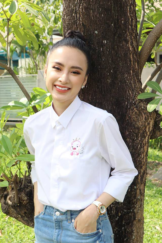 <p> Angela Phương Trinh chọn trang phục đơn giản xuống phố. Cô mix áo sơ mi trắng họa tiết chú heo hồng thêu tay cùng quần jeans năng động, khác hẳn vẻ lộng lẫy, kiêu sa thường thấy trên thảm đỏ.</p>