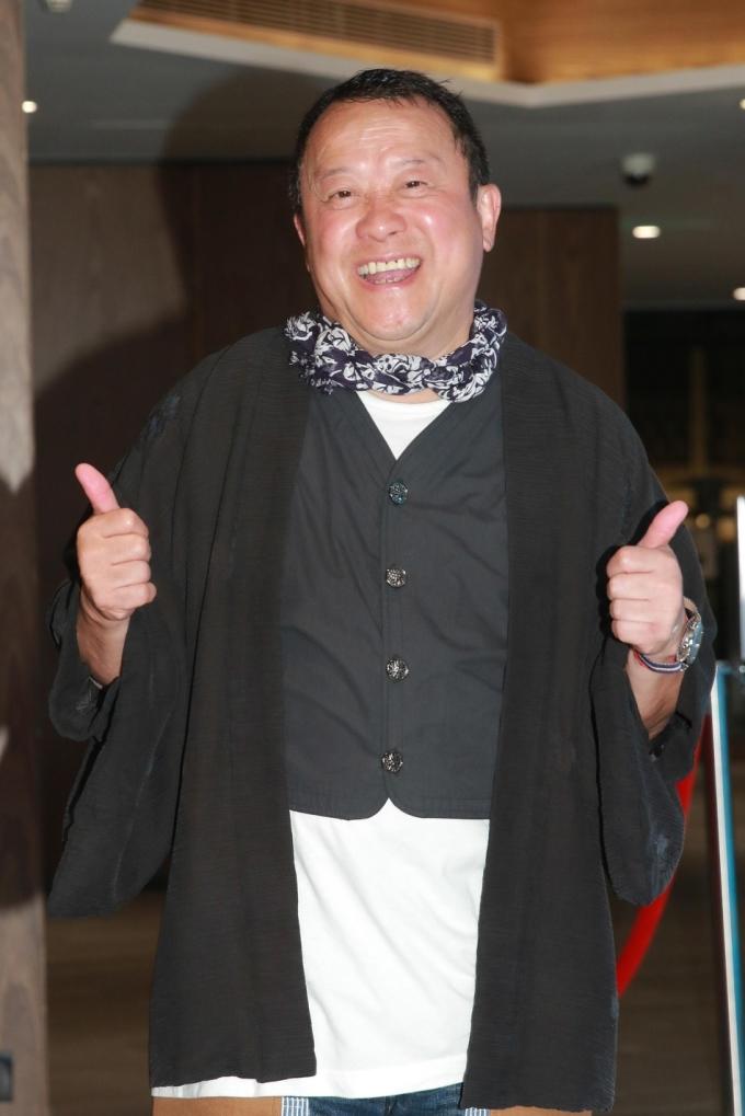 """<p> Nữ diễn viên quá cố Lam Khiết Anh từng tiết lộ, Tăng Chí Vỹ chính là một trong hai người đàn ông đã cưỡng hiếp mình. Tổ chức họp báo thanh minh nhưng tên tuổi của Tăng Chí Vỹ bị ảnh hưởng nặng nề. Lên tiếng phủ nhận nhưng không ai tin và bênh vực lời nói của Tăng Chí Vỹ.<br /><br /> Cuộc sống của tài tử điện ảnh hiện tại cũng không còn vinh quang như trước. Sau nhiều năm giữ chức Chủ tịch Hiệp hội Nghệ sĩ Hong Kong, ông đã phải """"nhường ghế"""" cho Cổ Thiên Lạc. Sinh nhật tuổi 65 của ông trùm showbiz Hương Cảng cũng chỉ có vài người chúc mừng. Mở cửa hàng ăn, Tăng Chí Vỹ phải tự bưng bê, phục vụ khách và đi phát tờ rơi quảng bá. Sau cái chết của Lam Khiết Anh, mỗi ngày, Tăng Chí Vỹ phải hứng chịu hàng nghìn bình luận công kích, chửi rủa đòi lại công bằng nữ diễn viên quá cố.</p>"""